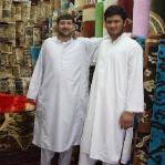 Die afghanischen Teppichhändler posen, ein paar Handmade Teppiche kommen aus Afghanistan, die großen werden machinell in der Türkei hergestellt und die feinen Seidenteppiche kommen auch von der Machine aus Belgien!