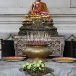 Opfergaben und Räucherstäbchen im Tempel in Ayutthaya / Thailand
