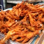 Aaah... frittierte Hühnerfüße auf dem Markt in Ayutthaya / Thailand