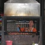 Die Frau steht im Ofen während sie die Spieße wendet ;-)