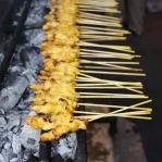 Satay Spieße auf dem Nachtmarkt in Bandar Seri Begawan / Brunei