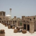 Im Bastakia Viertel mit Blick auf die Moschee