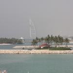 Das Burj Al Arab aus der Ferne, es scheint immer Smog über der Stadt zu liegen