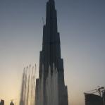 ... und Fontänen die alle halbe Stunde zu klassischer Musik in die Luft gehen, vor dem Burj Dubai!!!