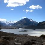 Am linken oberen Ende des Sees sieht man den Gletscher, der den Lake Tekapo speist. Es schwimmen dreckige Eisberge im See, das hatten wir uns aber sauberer vorgestellt! Irre Landschaft!