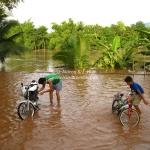Überschwemmung in Luang Prabang / Laos wird gleich zum Moped waschen genutzt