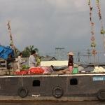 Die Waren werden an einer Art Antenne angeprangert auf dem Floating Market in Can Tho / Mekong Delta / Vietnam