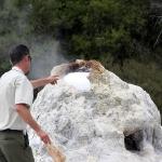 Im Wai-O-Tapu Thermal Wonderland bei Rotorua hilft der Ranger um genau 10.15 Uhr etwas nach mit biologisch abbaubarer Seife...