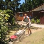 Ich mähe den Rasen und gieße die Pflanzen für eine extra Übernachtung am wunderschönen 90 Mile Beach in Ahipara