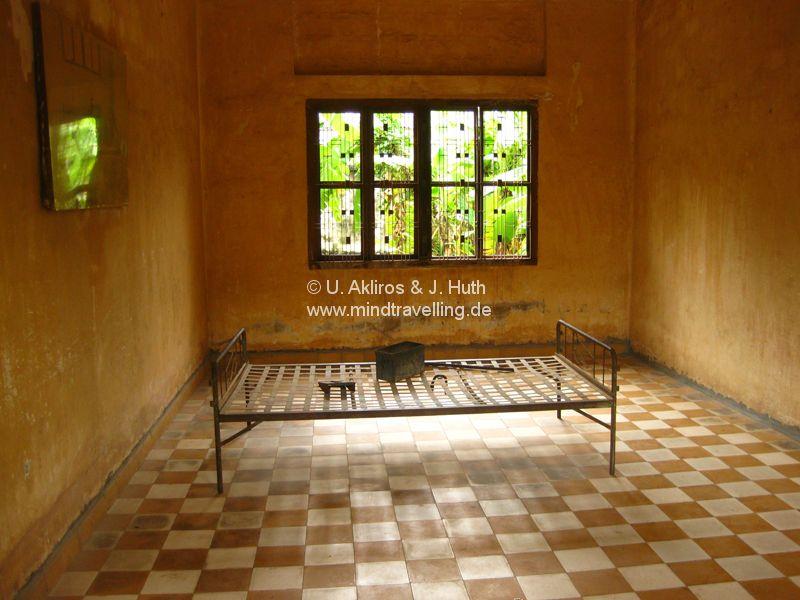 Folterzelle im Toul Sleng Genocide Museum (S-21) in Phnom Penh