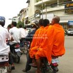 Straßenszene in PhnomPenh - 4 Leute auf einem Moped
