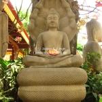 Buddha mit Magnolie im Schoss