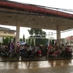 Unterschlupf vor dem wasserfallartigen Regenschauer