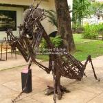 Gottesanbeterin aus ehemeliagen Gewehren der Khmer Rouge