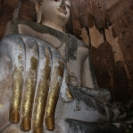 Wat Si Chu 'Calling the Earth to witness'-Pose im Historical Park von Sukhothai / Thailand