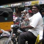Straßenszene in Chennai / Madras. Man beachte den 'Porno'-Jaguar vorn auf dem Moped...