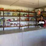 Ein typischer Shop in einem Dorf. Witzigster Artikel ist die Kokusnussmilch in der Dose, falls die Leute zu faul sind sich eine von der Palme zu holen??!