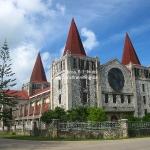 Kirche, die Turmspitzen sehen aus wie Zipfelmützen