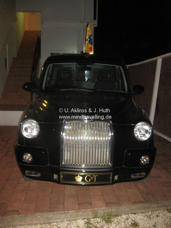 Der König lässt sich in einem alten Londoner Taxi rumfahren